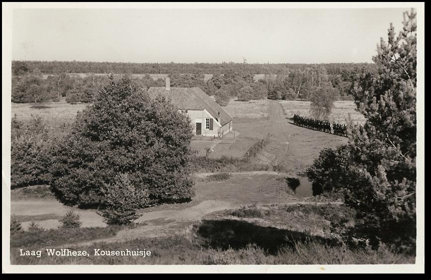 Een bekende ansicht met de nog bekendere kousen van de Stichting, opgehangen aan de bonenstokken na een wasbeurt door Mina Gerritsen. De ansichtkaart is uitgegeven door C. van Silfhout & Zn, Wolfheze en werd verzonden vanaf 1942.