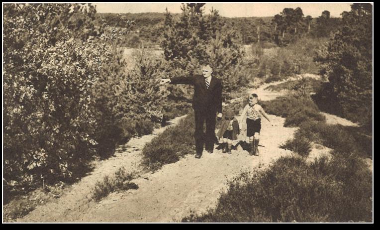 Laag Wolfheze bewoner Jan Maassen met zijn kinderen  Peter (rechts) en Truus, waarschijnlijk op de zondagmiddag, aan de wandel boven op de heuvel.