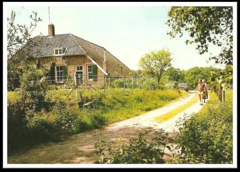 De laatste ansichtkaart van Het Kousenhuisje met W. Janssen-Peelen aan het werk in de tuin voor de boerderij.
